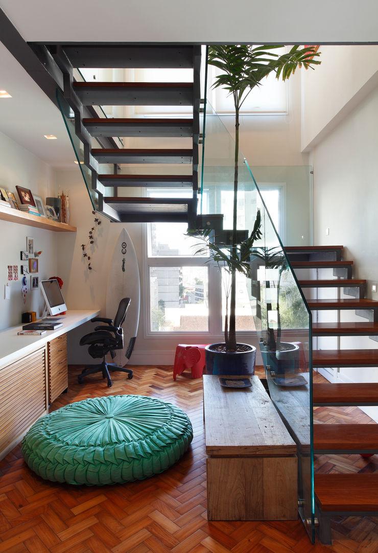 Escala Arquitetura Eclectic corridor, hallway & stairs