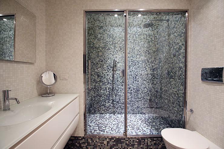 Sliding Curve Filippo Colombetti, Architetto Minimalist style bathroom Glass Grey