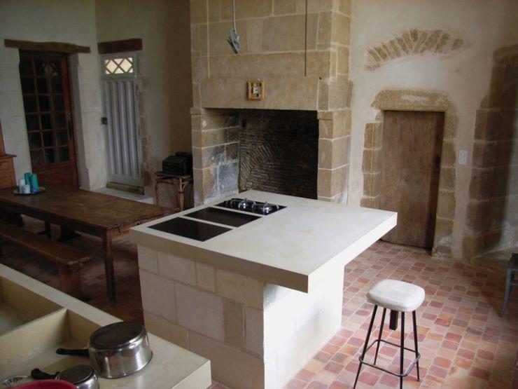 A Thirteen Century style Kitchen in white concrete Concrete LCDA Cucina in stile rustico