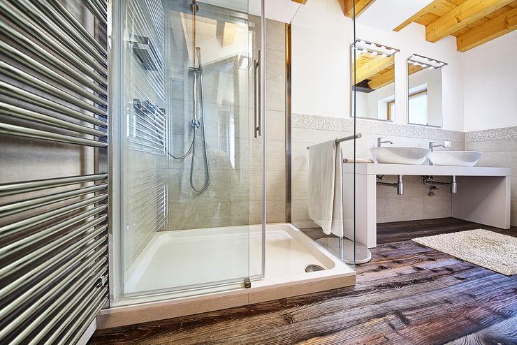STUDIO PAOLA FAVRETTO SAGL Casas de banho modernas Cerâmica Branco