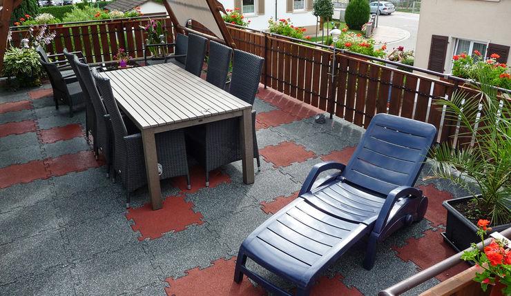 familienfreundliche Dachterrasse WARCO Bodenbeläge Moderner Balkon, Veranda & Terrasse