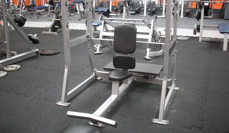 Elastikboden im Fitness-Studio WARCO Bodenbeläge Moderner Fitnessraum