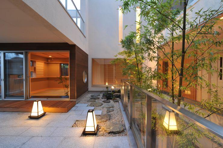 優雅で贅沢な中庭 TERAJIMA ARCHITECTS/テラジマアーキテクツ モダンデザインの テラス