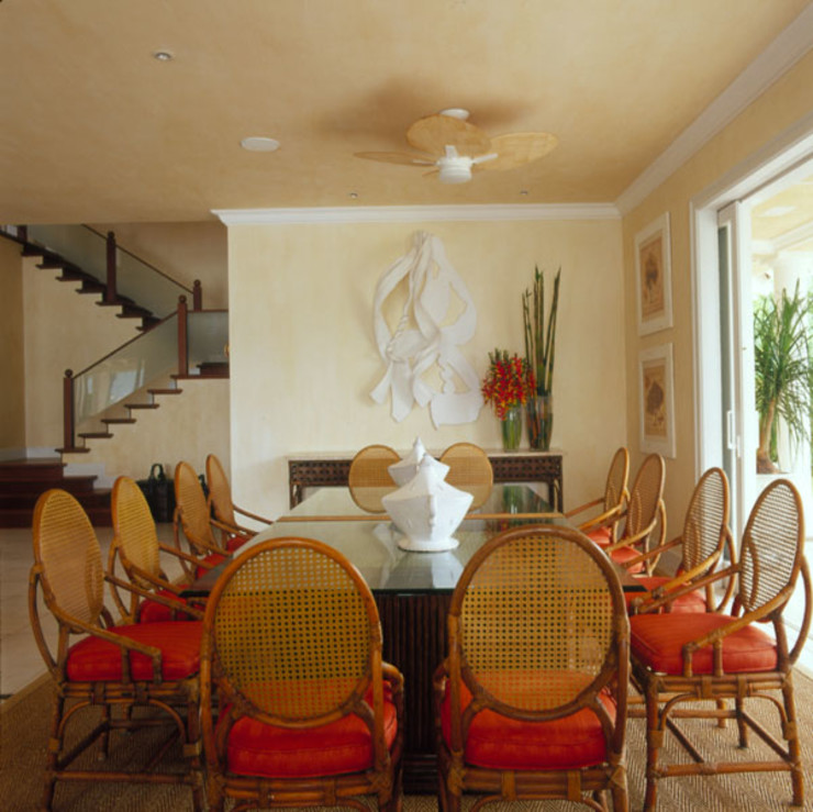 Studio Oscar Mikail Tropical style dining room
