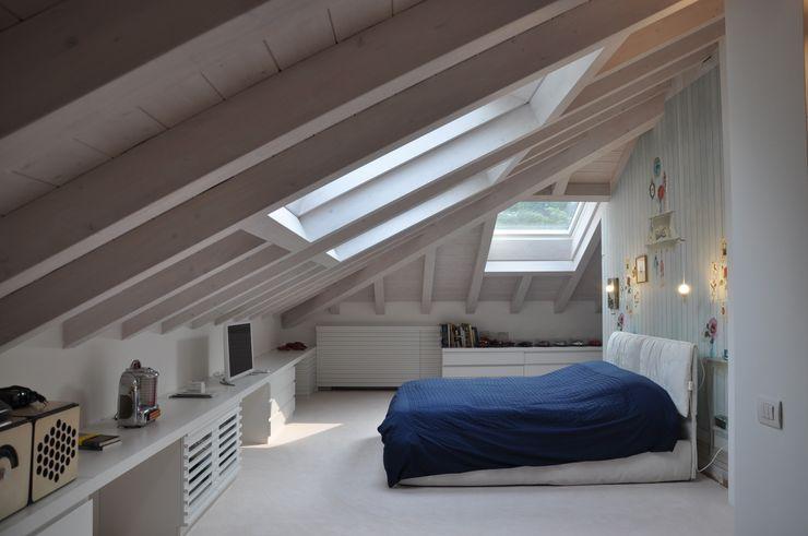 Ristrutturazione ed interior design sottotetto F_Studio+ dell'Arch. Davide Friso Camera da letto moderna