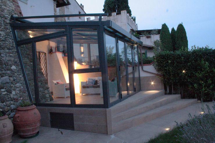 Serra Solare in Toscana STUDIO MORALDI Balcone, Veranda & TerrazzoIlluminazione