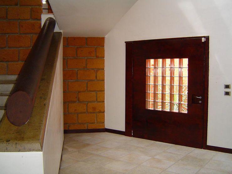 Lobby de Acceso y puerta principal CESAR MONCADA SALAZAR (L2M ARQUITECTOS S DE RL DE CV) Puertas modernas