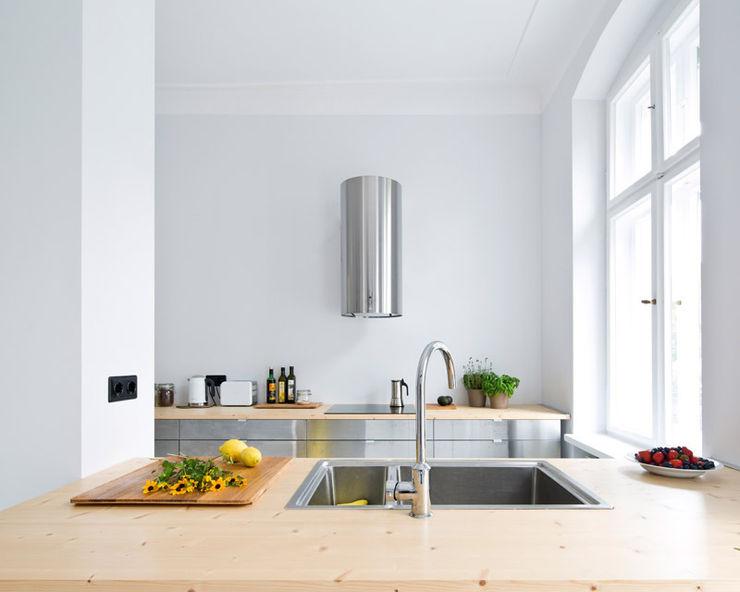 A Spacious Apartment in Prenzlauer Berg lifelife GmbH Skandinavische Wohnzimmer