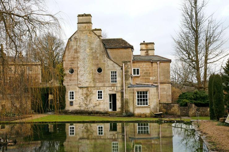 Georgian country house with a lake in the front garden Concept Interior Design & Decoration Ltd Klassische Häuser