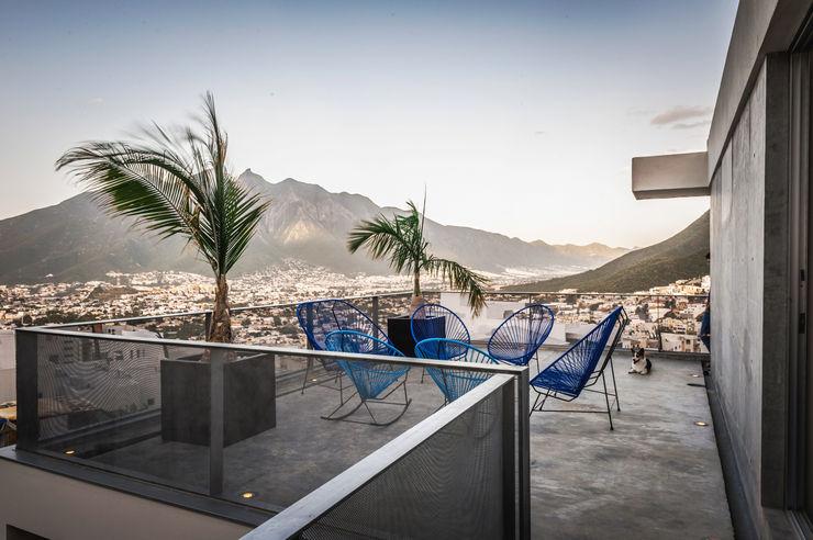 IPE HOUSE P+0 Arquitectura Balcones y terrazas de estilo moderno