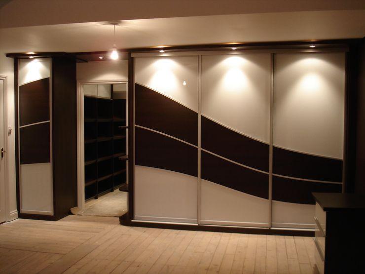Chocolate wave sliding wardrobe doors Sliding Wardrobes World Ltd QuartoArmários