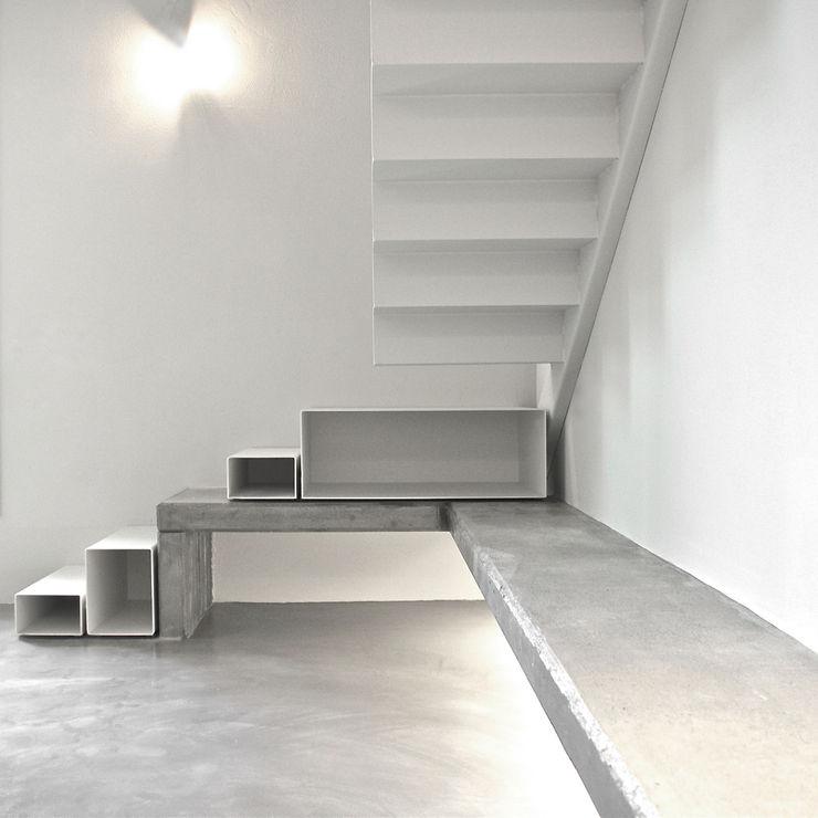Pinoni + Lazzarini Minimalist corridor, hallway & stairs