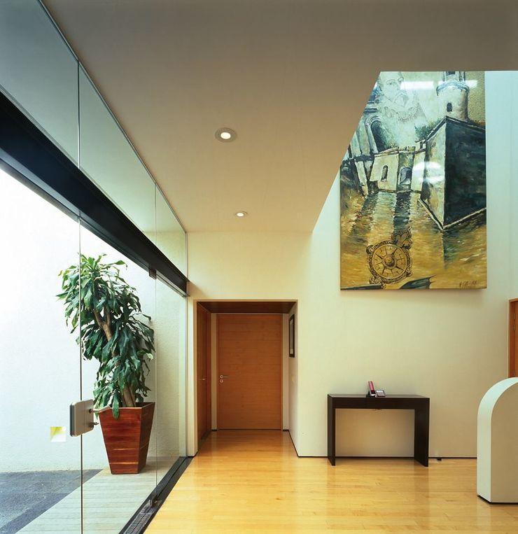 Taller Luis Esquinca Modern corridor, hallway & stairs