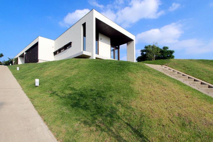 丘の上の二世帯住宅 時空遊園 JIKOOYOOEN ARCHITCTS モダンな 家