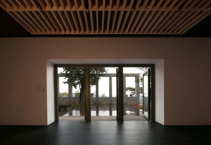 건우씨네 집수리(KUNWOO'S JIP-SOORI) 무회건축연구소 모던스타일 발코니, 베란다 & 테라스