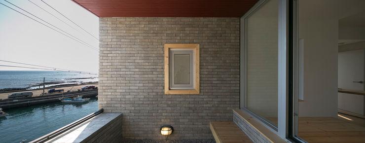 무회건축연구소 Pareti & Pavimenti in stile moderno