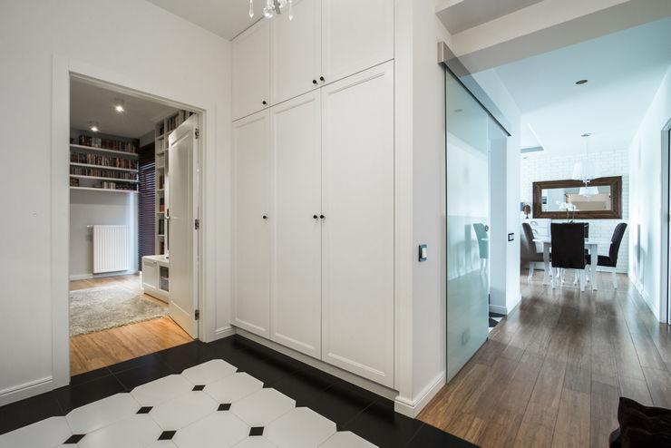 Warszawa - mieszkanie z nutką klasyki Art of home Klasyczny korytarz, przedpokój i schody