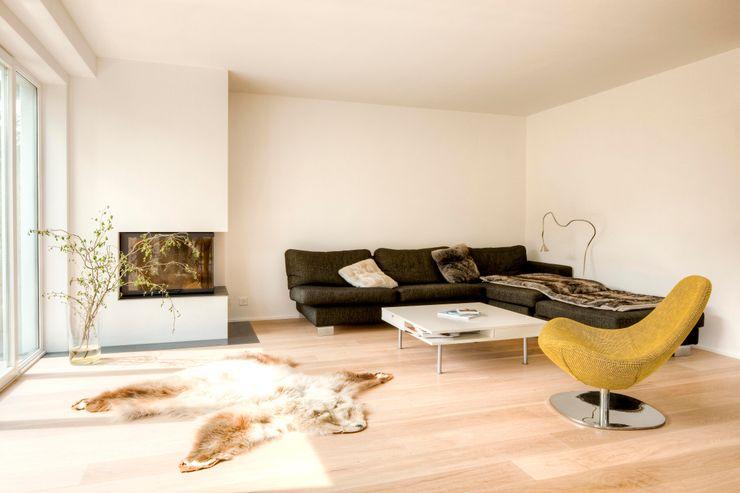 Wohnhaus in Witikon hausbuben architekten gmbh Wohnzimmer im Landhausstil