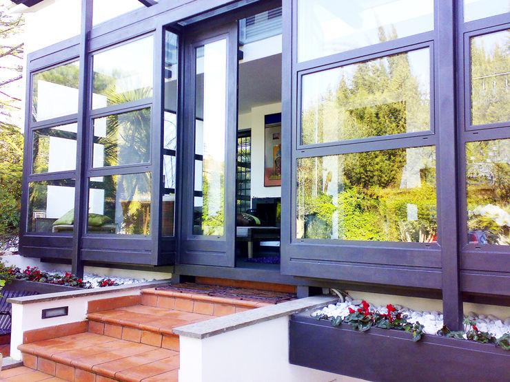 Scorcio esterno della veranda Teresa Romeo Architetto Balcone, Veranda & Terrazza in stile moderno