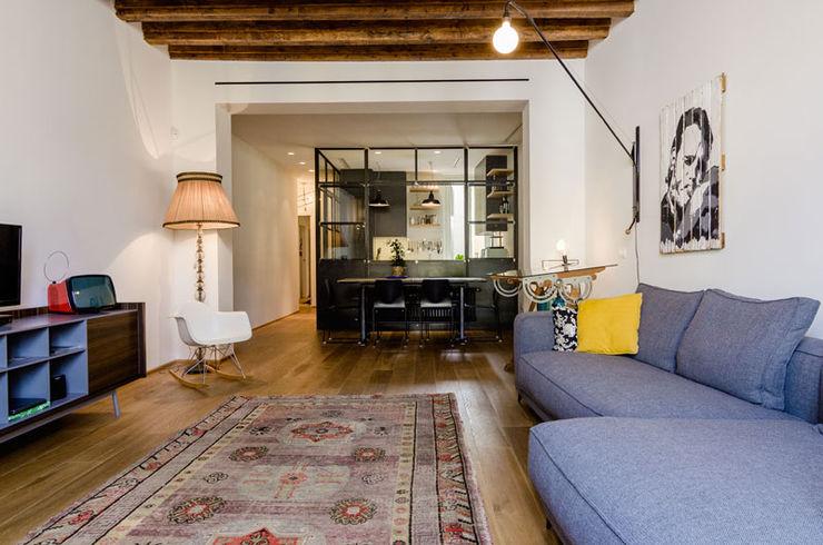 NOMADE ARCHITETTURA E INTERIOR DESIGN Sala de estarTV e mobiliário