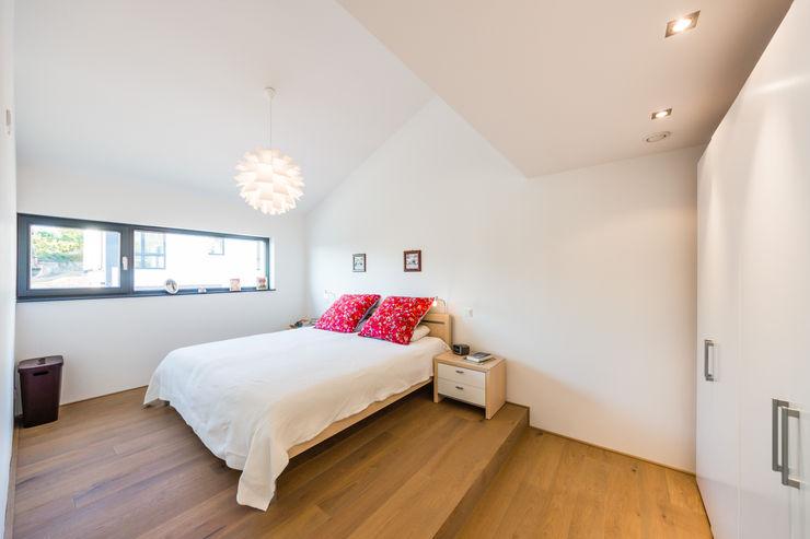 Fan House- Maison à Weinheim Helwig Haus und Raum Planungs GmbH Chambre minimaliste