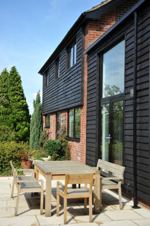 A South-Facing Patio ArchitectureLIVE 現代房屋設計點子、靈感 & 圖片 木頭 Black