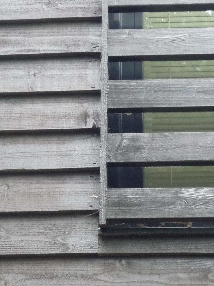 Thermally Insulated Black Timber Cladding detail ArchitectureLIVE 現代房屋設計點子、靈感 & 圖片 木頭 Black
