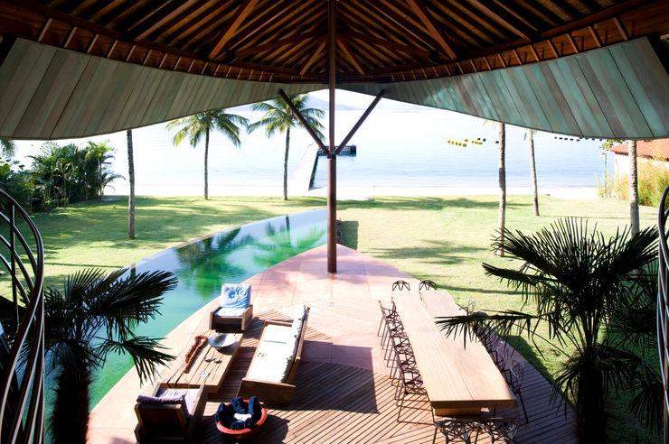 Mareines+Patalano Arquitetura Balcones y terrazas de estilo tropical