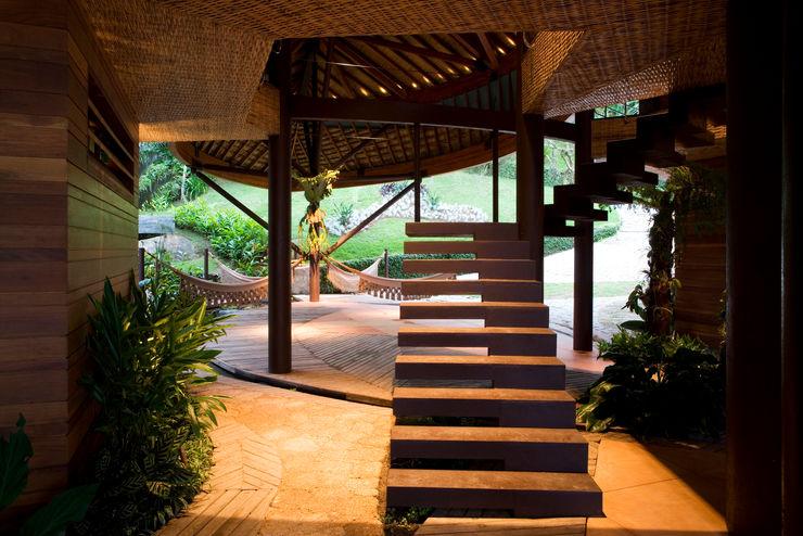 Mareines+Patalano Arquitetura Pasillos, halls y escaleras tropicales