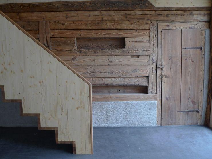 Alte Bohlenwand im Eingangsbereich homify Flur, Diele & Treppenhaus im Landhausstil