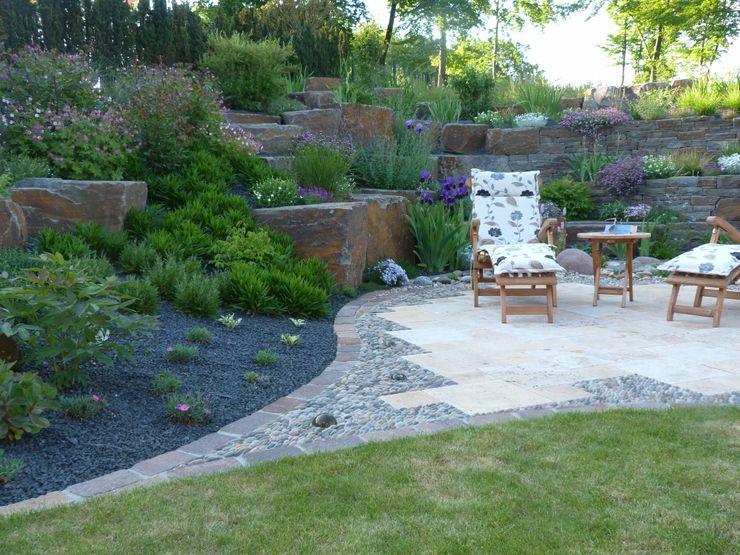 Eine kleine Terrasse lädt zum Verweilen ein. Gärten für Auge und Seele Steingarten