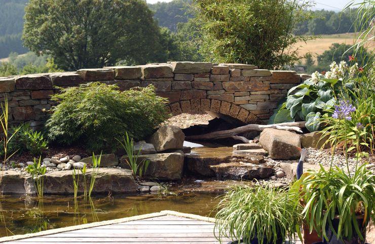 Gartenbrücke aus Naturstein. Gärten für Auge und Seele Mediterraner Garten