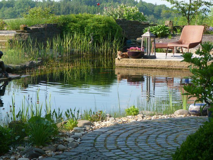 Schwimmteich mit Holzterrasse. Gärten für Auge und Seele Mediterraner Garten