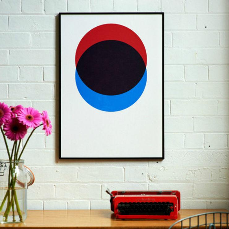 Circles in Red & Blue Such & Such Pasillos, vestíbulos y escaleras de estilo minimalista
