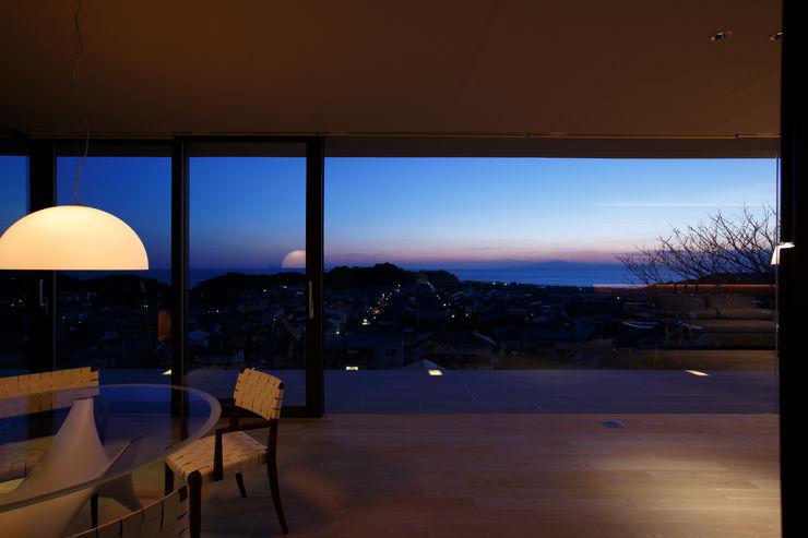 湘南の海の夕景を眺める | CASA BARCA | 海を眺める豪邸(別荘建築) Mアーキテクツ|高級邸宅 豪邸 注文住宅 別荘建築 LUXURY HOUSES | M-architects モダンデザインの リビング
