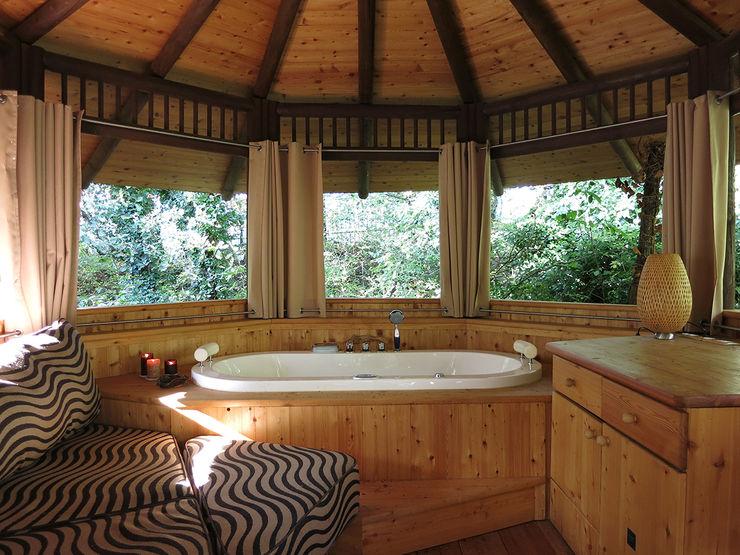 Casa sull'albero Tree Top Builder Bagno in stile tropicale