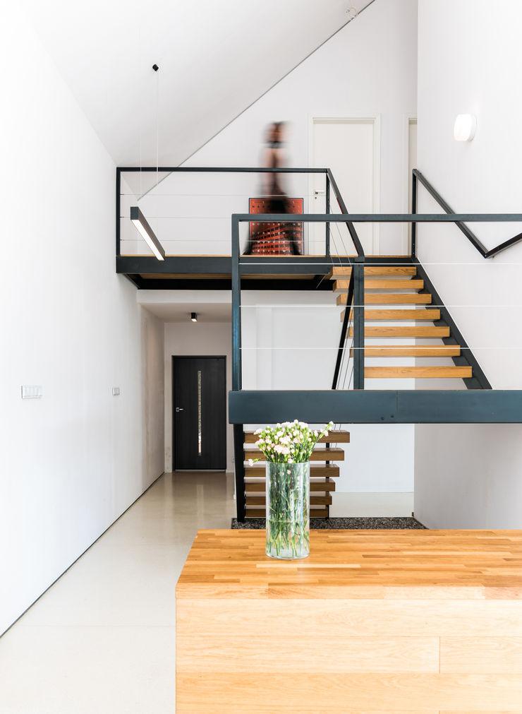KROPKA STUDIO'S PROJECT Kropka Studio Modern corridor, hallway & stairs
