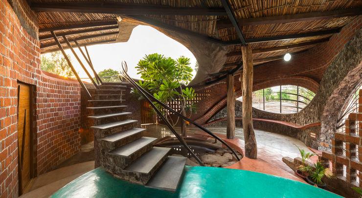 Brick House, Wada iSTUDIO Architecture Tropical style corridor, hallway & stairs