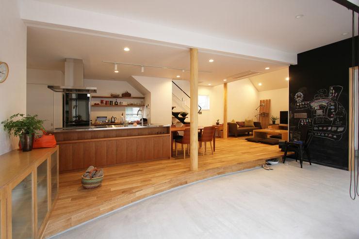 土間リビングの家 FCD モダンスタイルの 玄関&廊下&階段