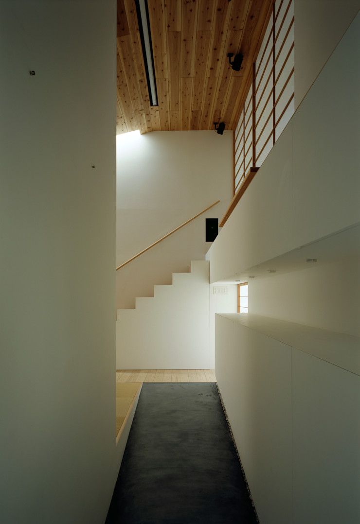 石井秀樹建築設計事務所 Modern Corridor, Hallway and Staircase