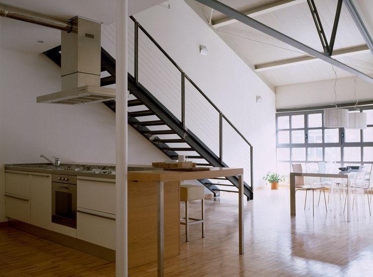 Loft Bianco - Paola Maré Interior Designer Paola Maré Interior Designer Ingresso, Corridoio & Scale in stile industriale