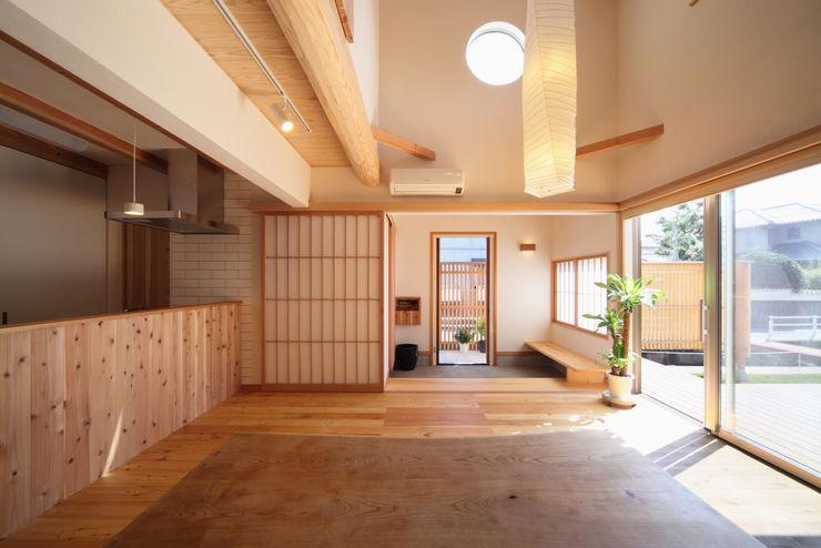 疏水の見える書斎のある家 ATELIER TAMA オリジナルデザインの リビング