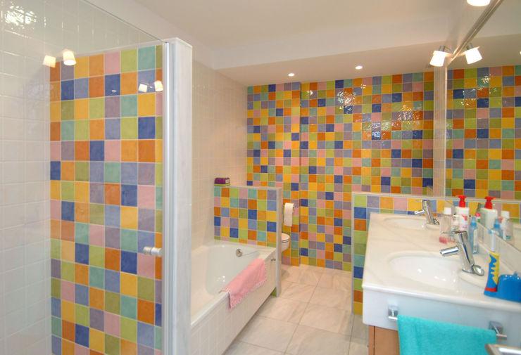 Baño infantil de alegres colores PRIBURGOS SLU Baños de estilo moderno