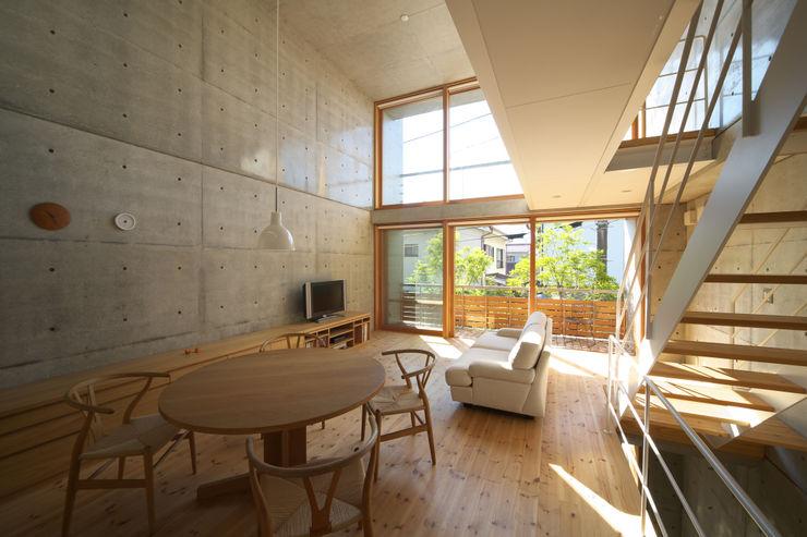 House in Fuchu 佐藤重徳建築設計事務所 Вітальня