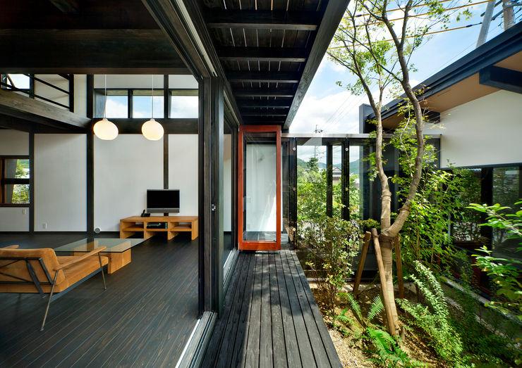 居間と中庭 石井智子/美建設計事務所 和風デザインの リビング
