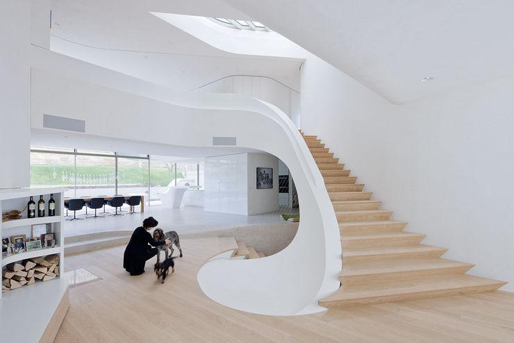 Haus am Weinberg UNStudio Pasillos, vestíbulos y escaleras de estilo minimalista