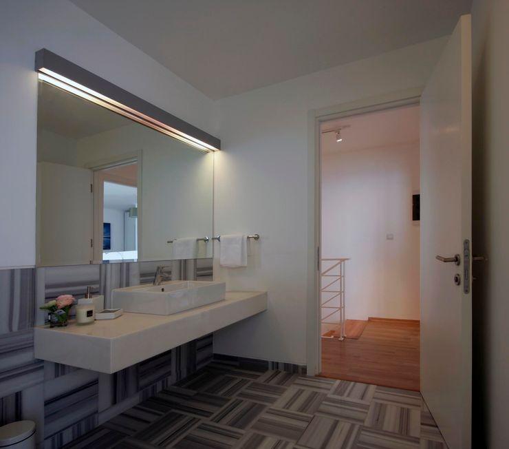 HANDE KOKSAL INTERIORS Salle de bain moderne