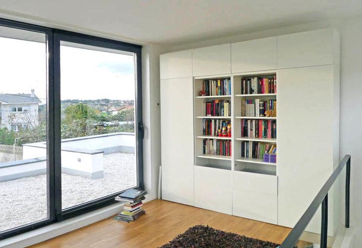 Vivienda en Rúa Aba AD+ arquitectura Estudios y despachos de estilo moderno Tablero DM Blanco