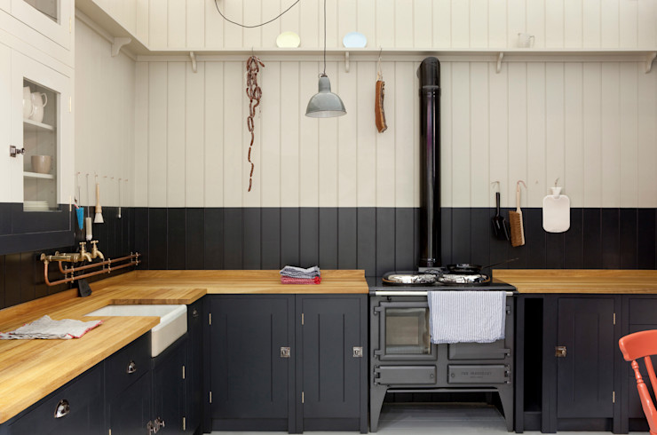 The Original British Standard Kitchen British Standard by Plain English カントリーデザインの キッチン 木 黒色