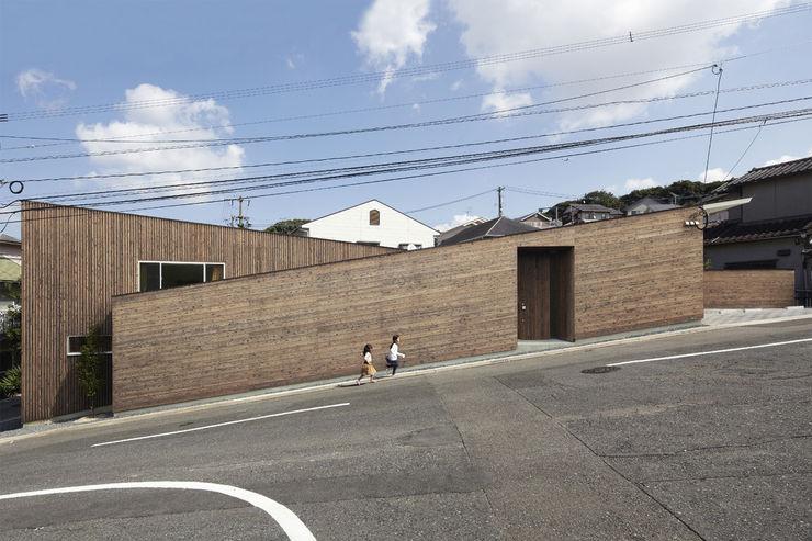 地形に寄り添う家 一級建築士事務所ROOTE モダンな 家